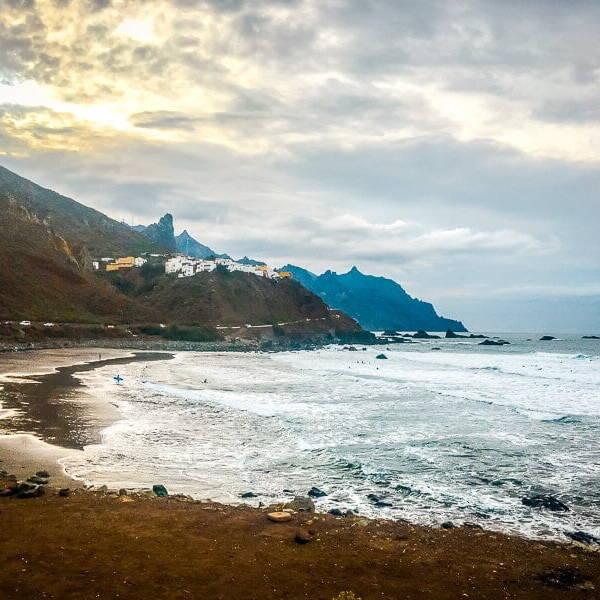 Teneriffa Sehenswürdigkeiten Playa de Almaciga Surfer