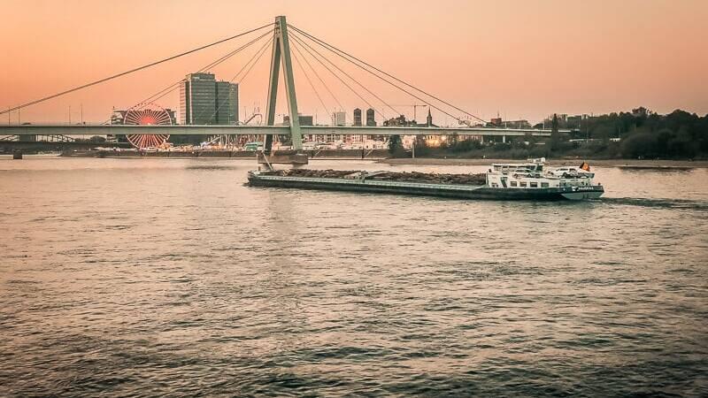 Koeln Sehenswürdigkeiten Rheinauhafen Rhein Kirmes Hafen Schiff