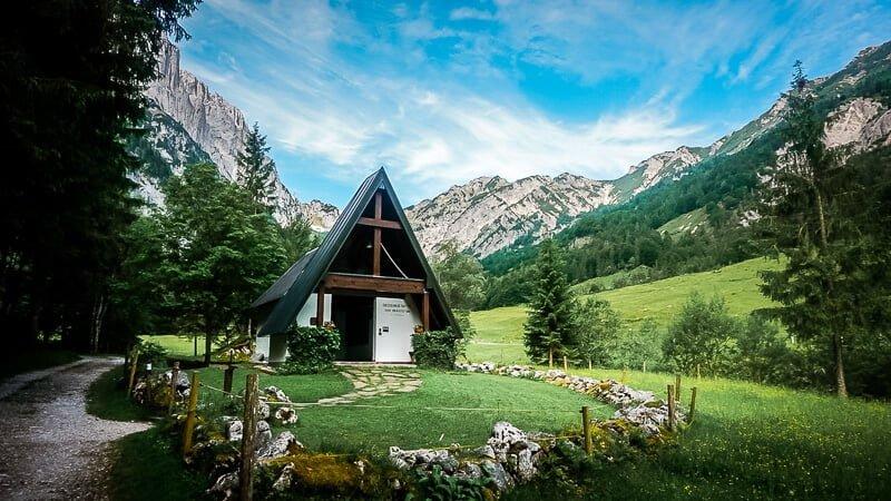 Wiler Kaiser Koasa Trail Wandern Etappe 2 Blick Berg Kirche