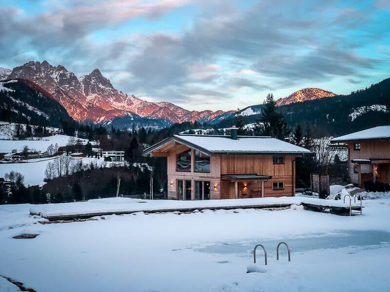 Chalets und Hotel Grosslehen in Fieberbrunn im Pillerseetal Abendstimmung