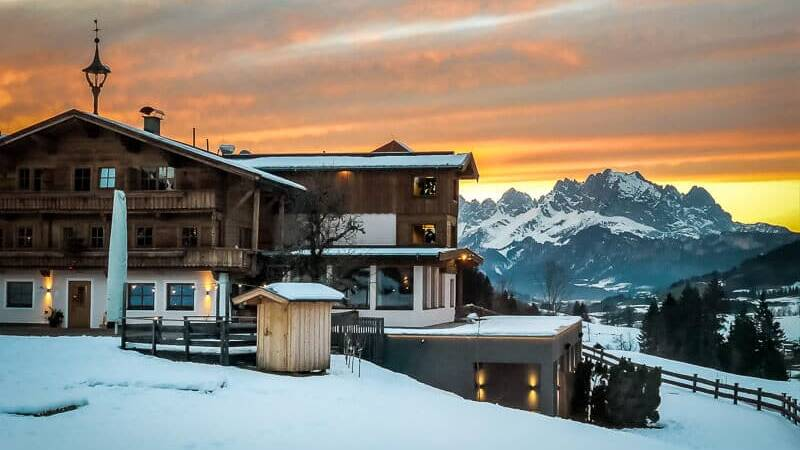 Chalets und Hotel Grosslehen in Fieberbrunn im Pillerseetal Sonnenuntergang Blick auf Wilder Kaiser