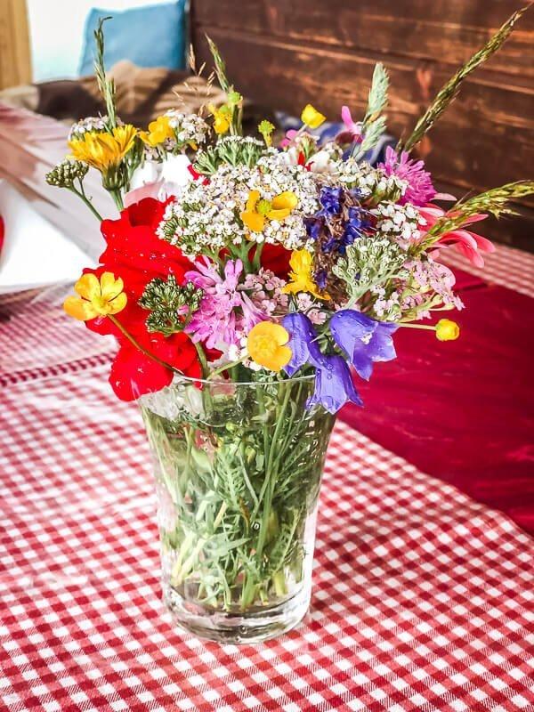 Blumenstrauß an der urigen Goldberghütte im Mölltal