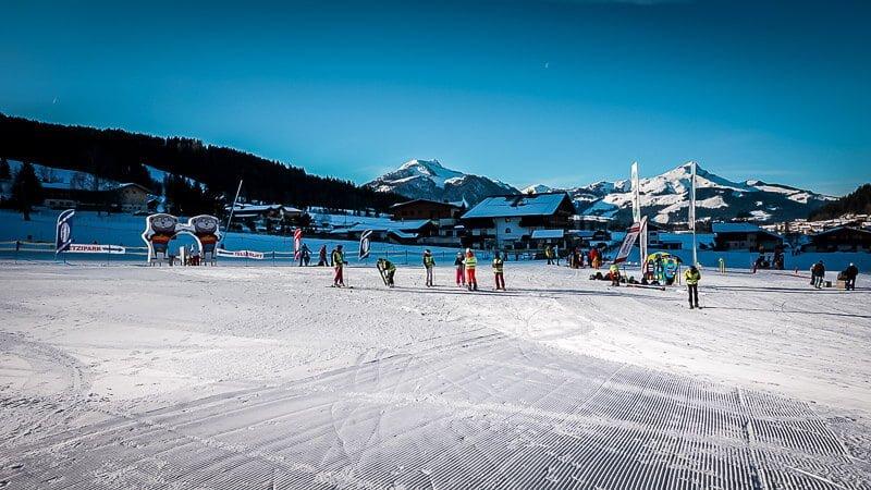 Skifahrer im Skikurs an der Talstation der Bergbahnen Pillerseetal