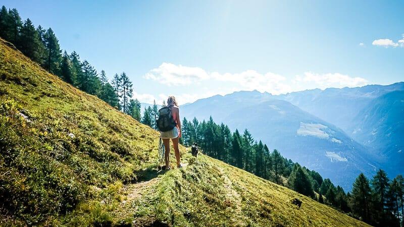 Steffi van Vandogblog mit Hund Skye im Mölltal Alpe Adria Trail Etappe 4