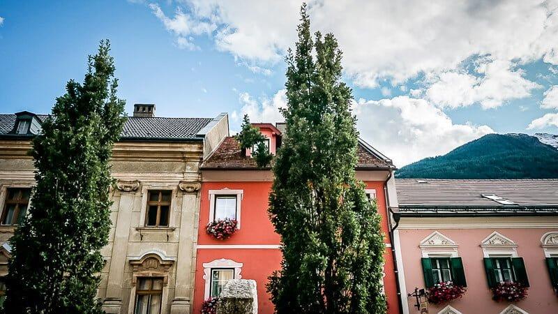 Bunte Häuser am Marktplatz von Obervellach