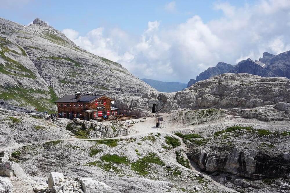Berghütte und alte Schützengräben auf dem Sentiero della Pace, einem der schönsten Fernwanderwege Europas