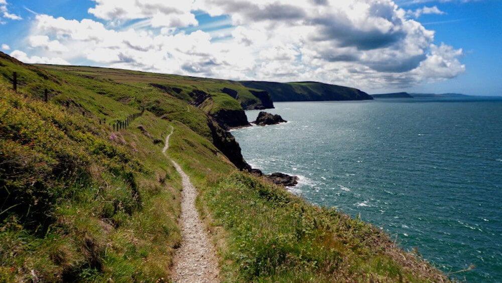 Küstenpfad auf dem Pembrokeshire Coast Path, einem der traumhaftesten Fernwanderwege Europas