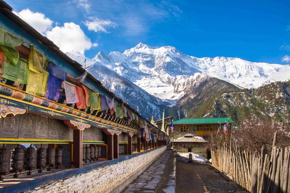 Gebetsmühlen vor Annapurna Gebirge im Himalaya