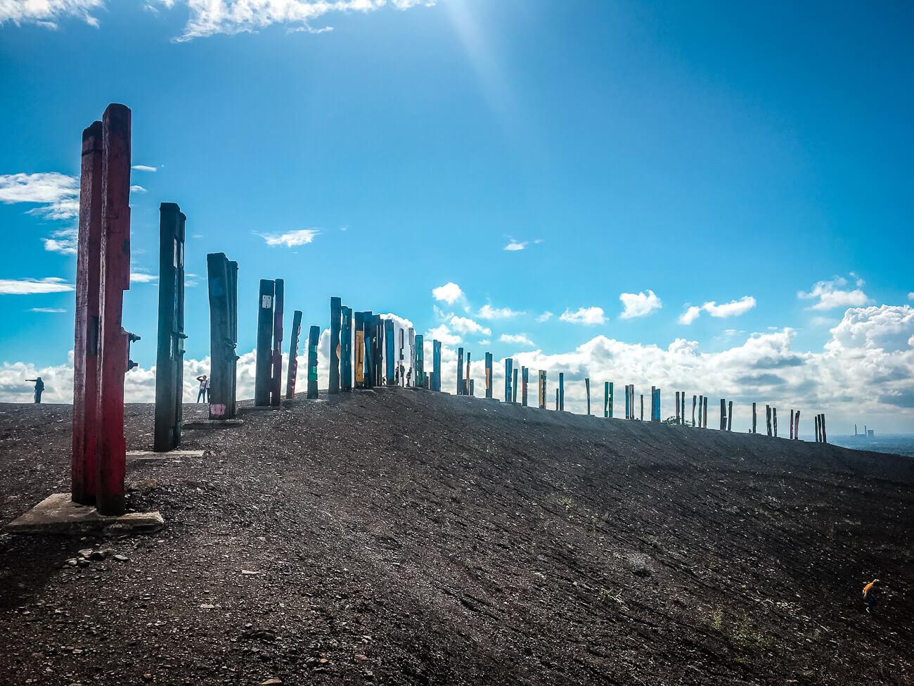 Bunte Totempfähle auf der Halde Haniel in Bottrop
