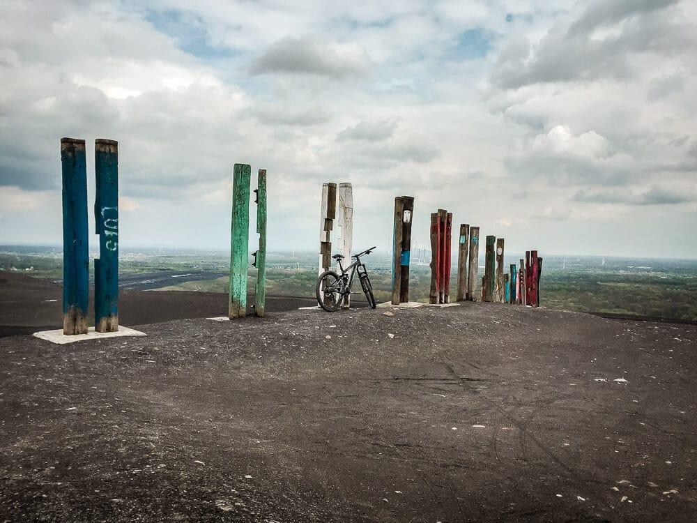 Totempfähle und Mountainbike auf der Halde Haniel in Bottrop