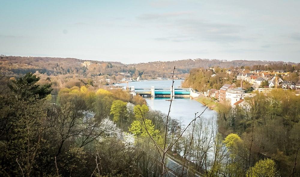 Blick auf den Baldeneysee vom Baldeneysteig im Ruhrgebiet