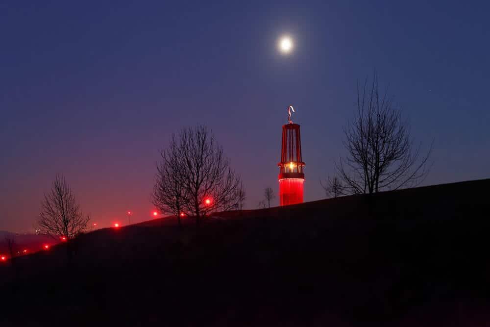 Nächtliche Beleuchtung der Grubenlampe auf der Halde in Moers