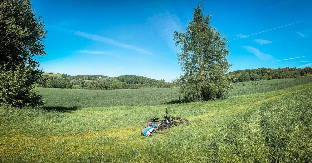 Mountainbike im südlichen Ruhrgebiet auf einer Wiese bei Essen