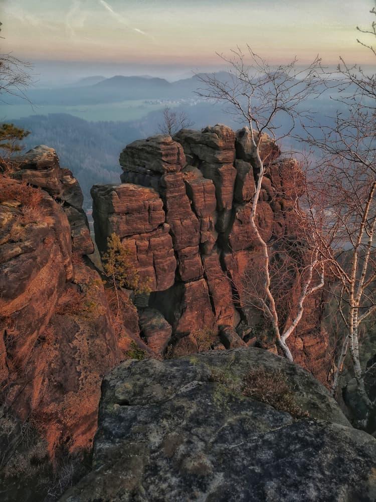 Die Felsformationen am Lilienstein bei Sonnenuntergang