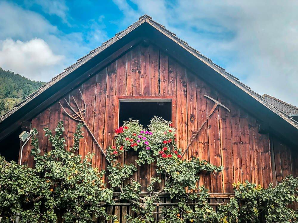 Hübsch dekoriertes Bauernhaus im Weiler Altersberg auf Alpe Adria Trail Etappe 10