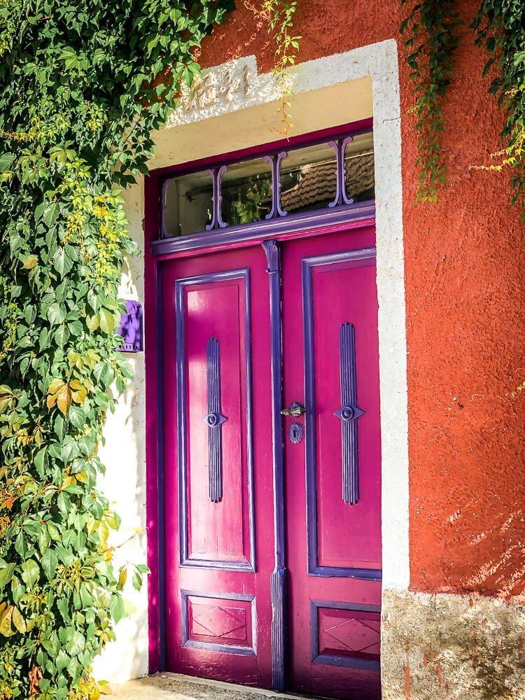Bunte Eingangstür in der Künstlerstadt Gmünd in Kärnten