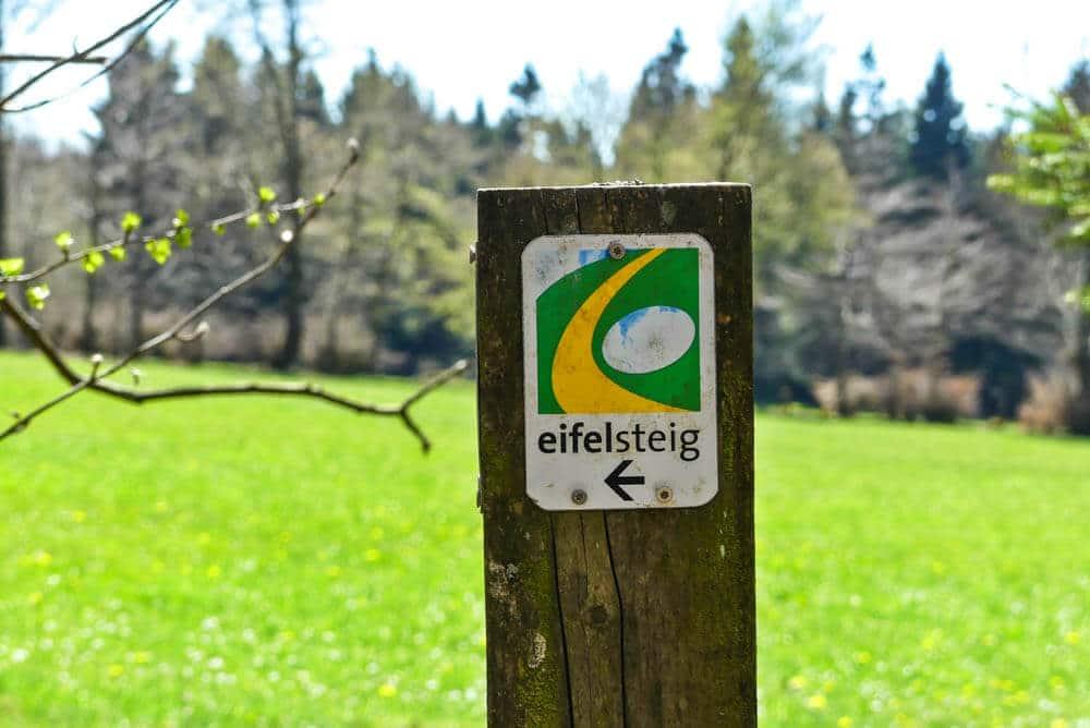 Markierung Eifelsteig und landschaftliche Idylle NRW
