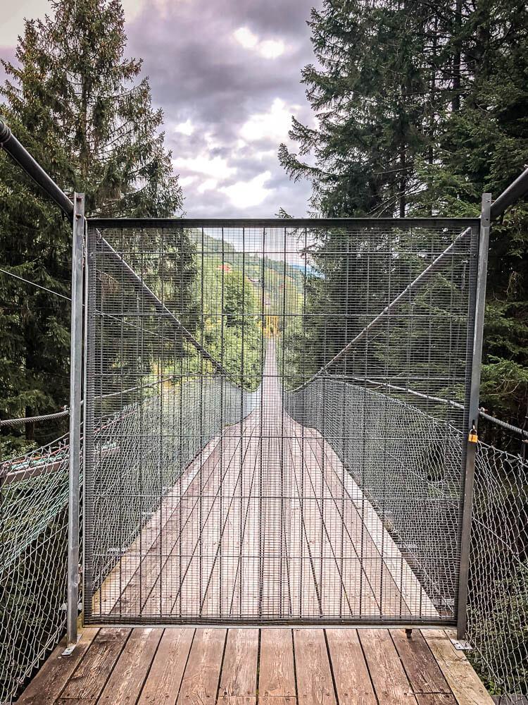 Gesperrte Hängebrücke über der Drachenschlucht bei Trebesing