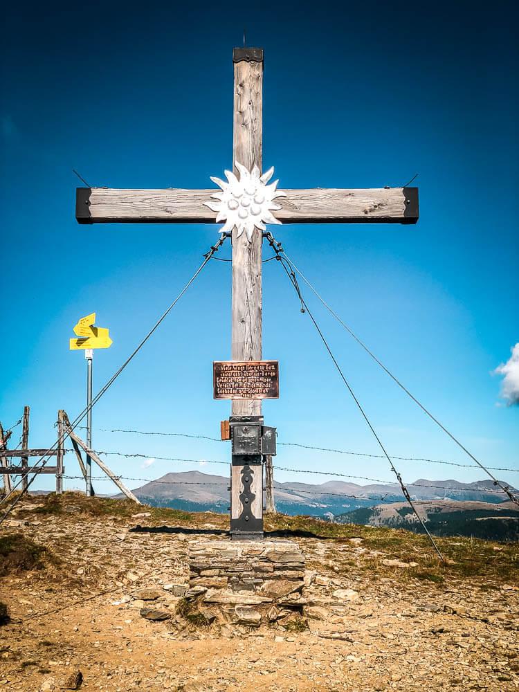 Gipfelkreuz auf dem Tschiernock Alpe Adria Trail Etappe 12