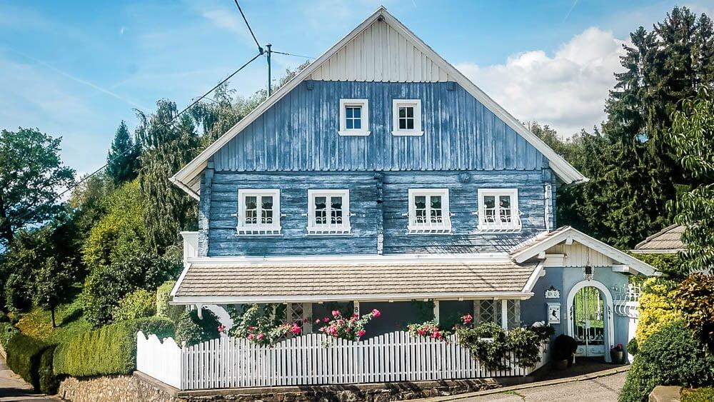 Wunderschönes blaues Holzhäuschen am Millstätter See