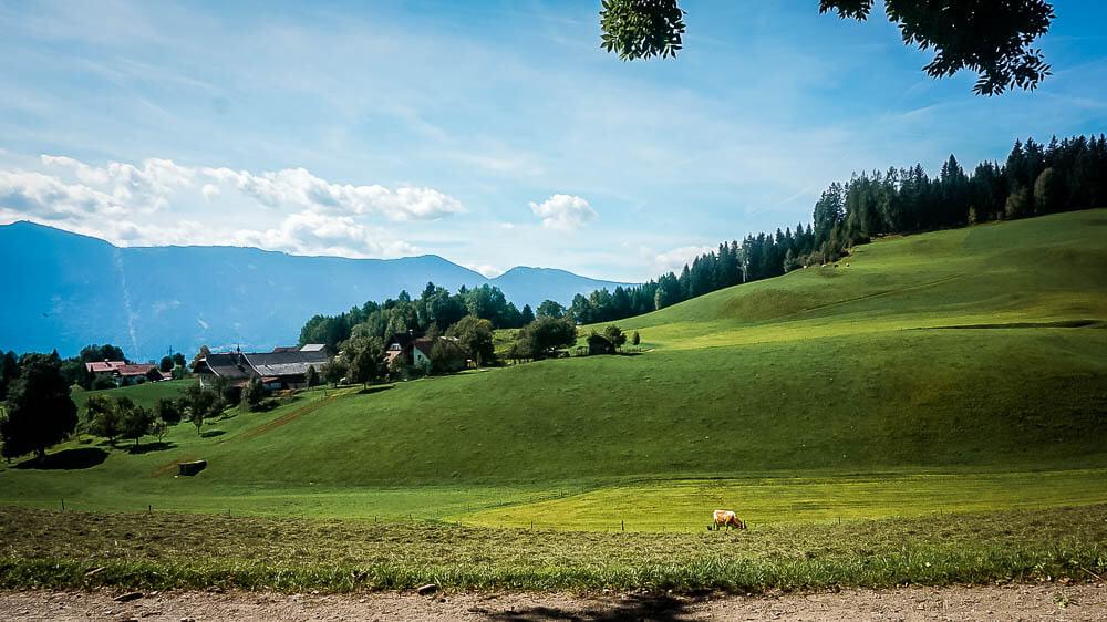Grüne Wiesen auf dem Hochplateau in der Nähe von Seeboden am Millstätter See