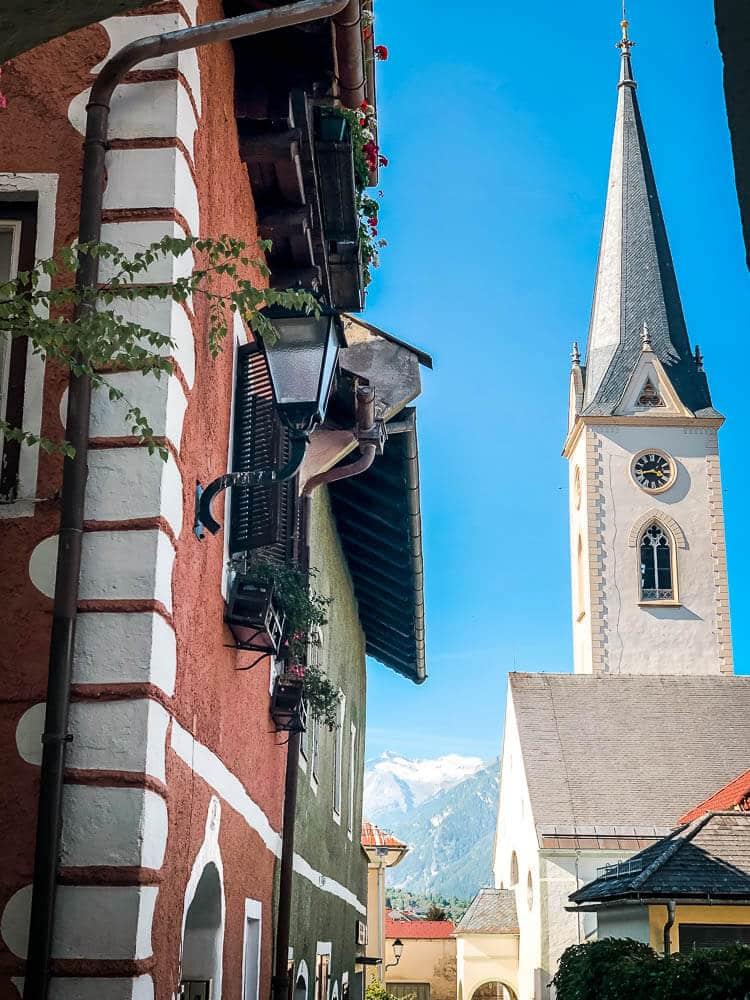 Kirche und mittelalterliche Häuserfassaden in Gmünd in Kärnten