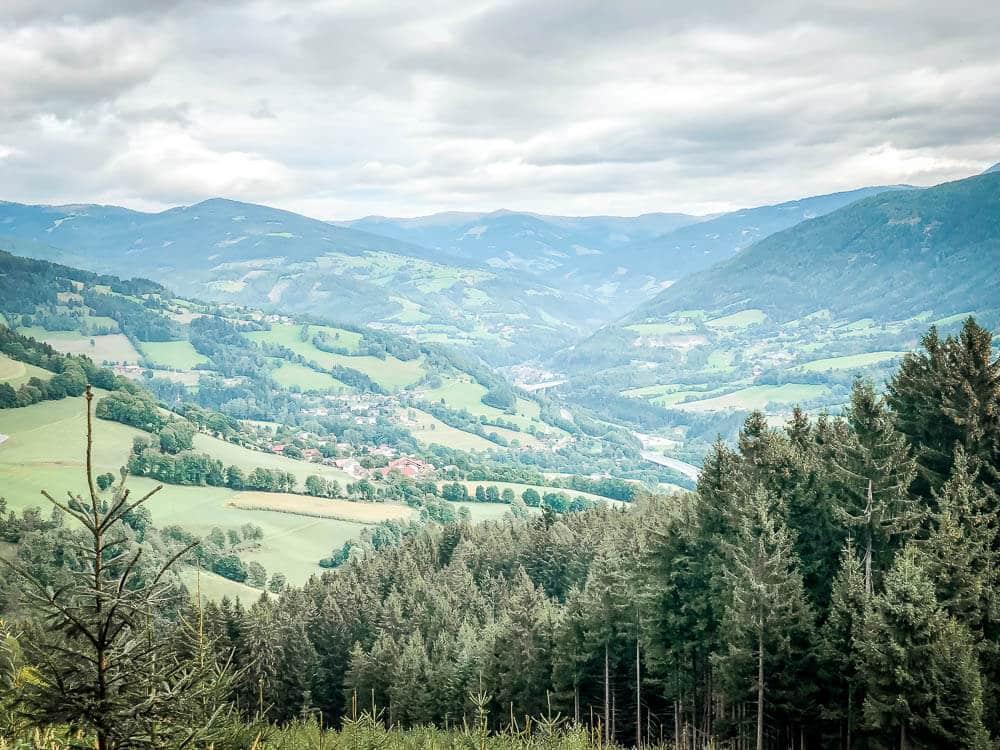 Bergpanorama, Wiesen und Wälder auf Alpe Adria Trail Etappe 10