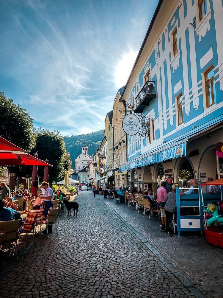 Marktplatz in Gmünd in Kärnten mit farbenfrohen Häusern