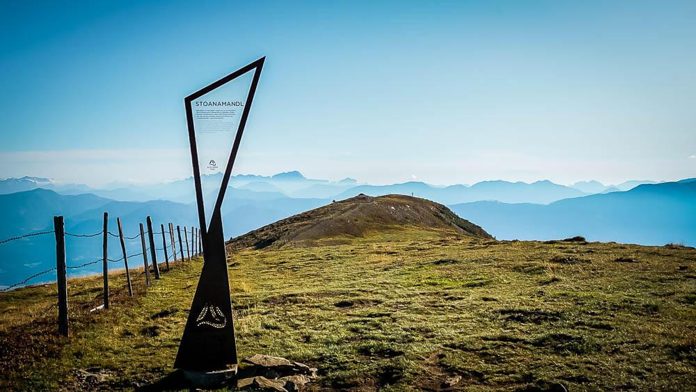 Stoanamandl auf dem Alpe Adria Trail am Tschierweger Nock