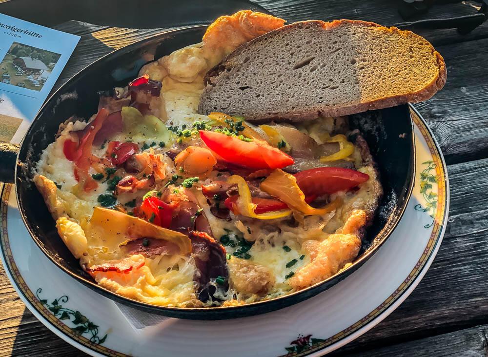 Pfanne mit Frigga Omelette auf der Alexanderhütte