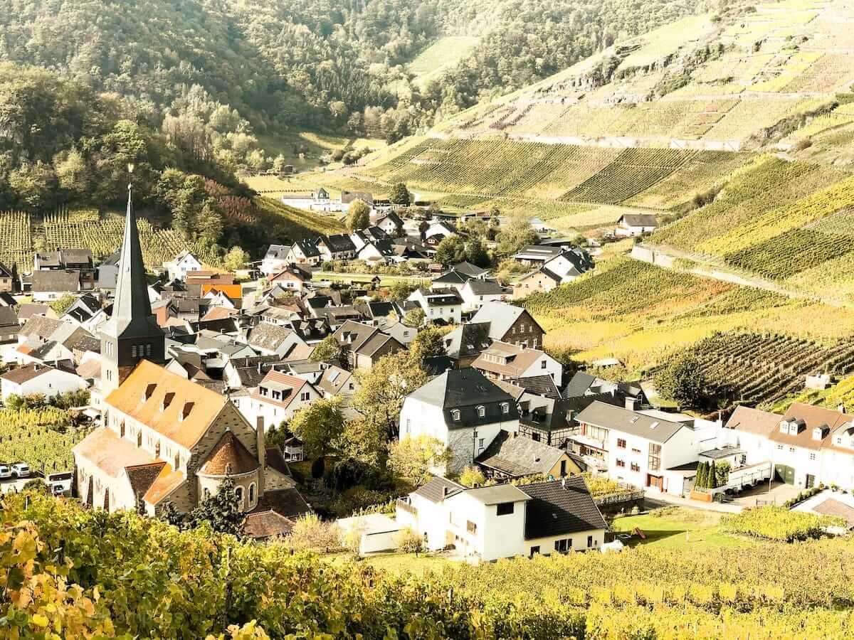 Weinberge und Dörfchen auf dem Rotweinwanderweg im Ahrtal in NRW