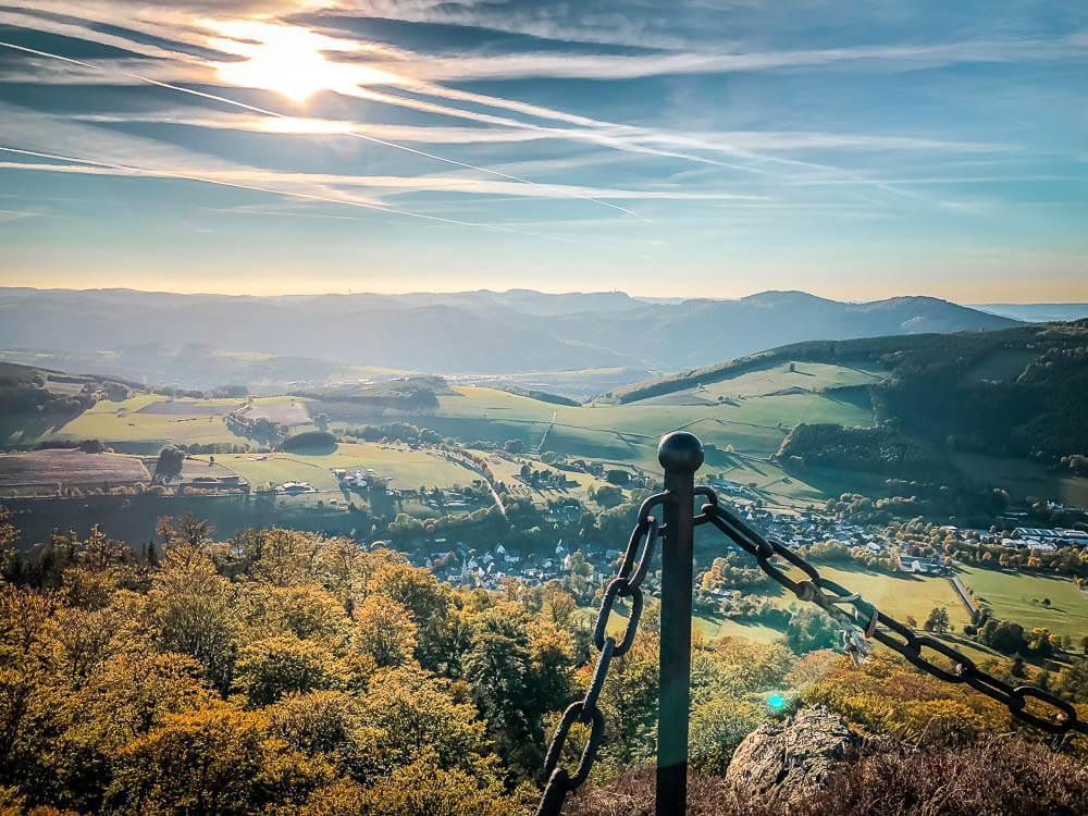 Absicherung am Feldstein an den Bruchhauser Steinen und Landschaftspanorama