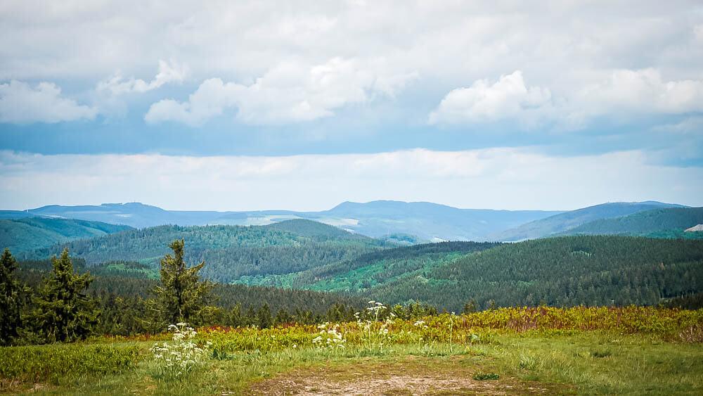 Wandern im Sauerland - Ausblick auf die Hügellandschaft und Wälder vom Kahlen Asten
