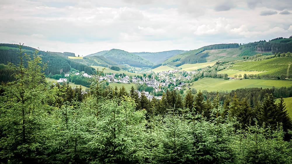 Blick auf das Fachwerkdörfchen Westfeld vom Kahler-Asten-Steig