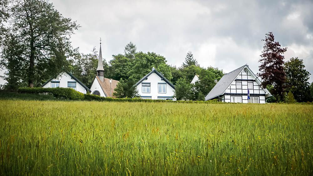 Feld vor Kapelle am Hohen Knochen im Sauerland