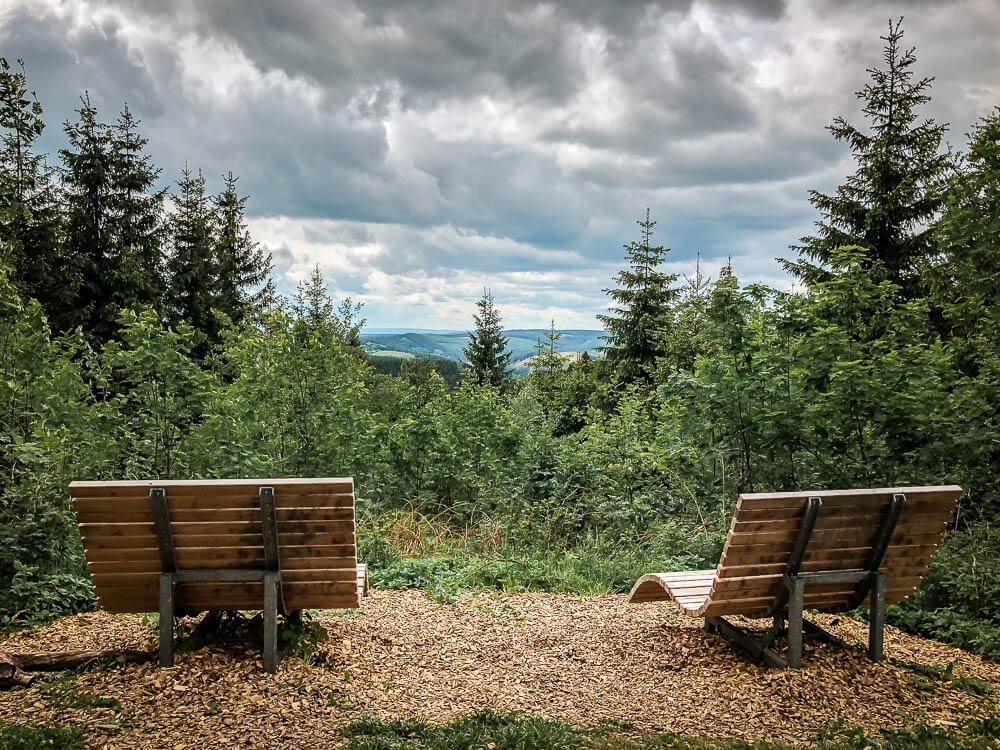 Zwei Waldsofas auf dem Kahler-Asten-Steig im Sauerland