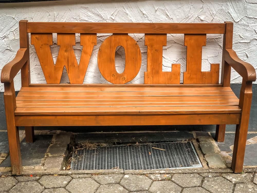 Holzbank mit Woll Schriftzug im Sauerland