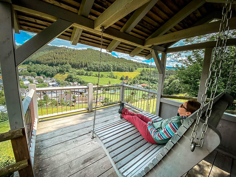 Wandern uf dem Sorper Panoramapfad im Sauerland mit Rast auf einer Panorama-Schaukel in Niedersorpe