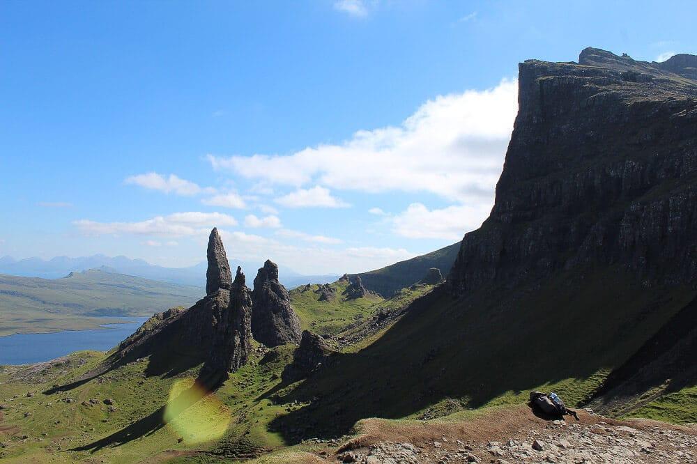 Ausblick vom Gipfelplateau des Storr auf die Felsnadeln des Old Man of Storr