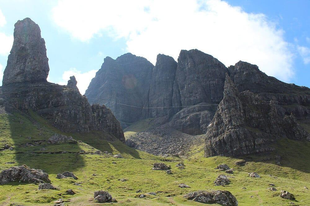 Slagline zwischen den Felsnadeln des Old Man of Storr auf der schottischen Isle of Skye