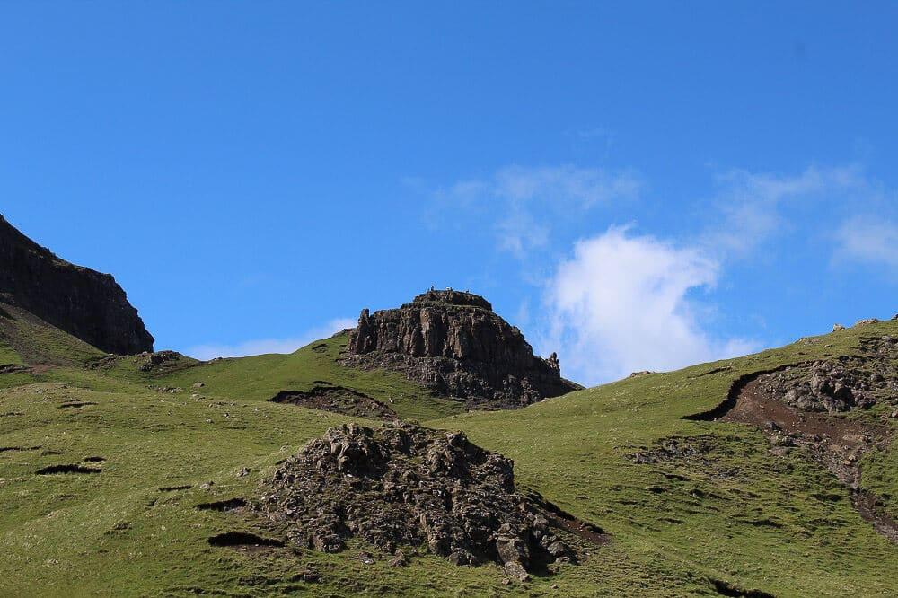 Grasberge und Felsformationen am Old Man of Storr