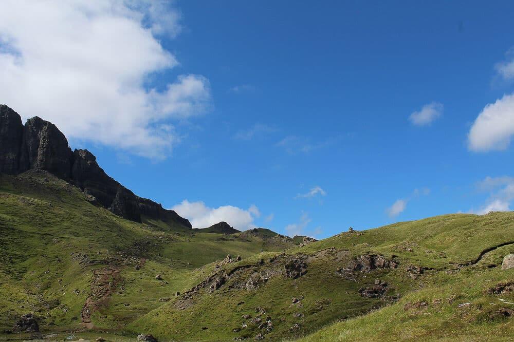 Aufstieg durch die Graslandschaft des Old Man of Storr auf der schottischen Isle of Skye