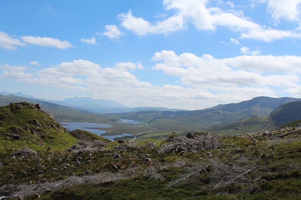 Ausblick auf die Seen und grasbewachsenen Hügel der Isle of Skye vom Old Man of Storr
