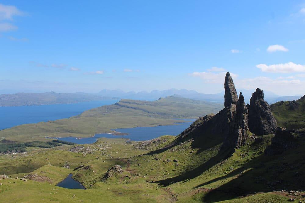 Die markanten Felsnadeln des Old Man of Storr auf der schottischen Isle of Skye