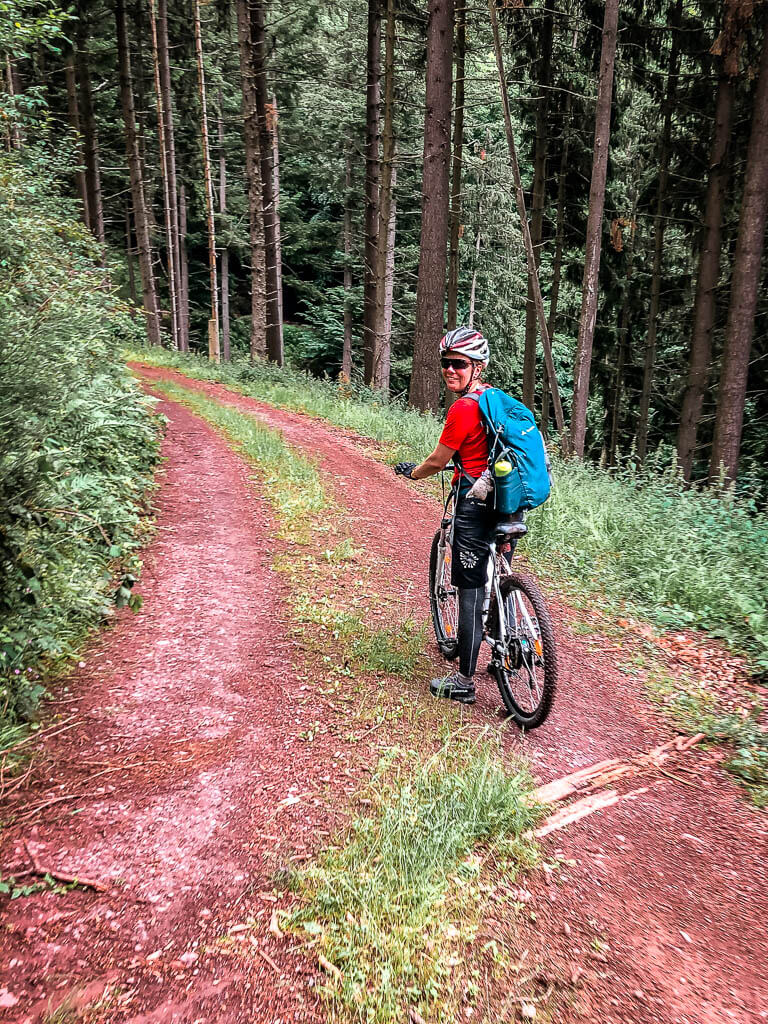 Mountainbiken an der Mosel auf einsamem Waldweg