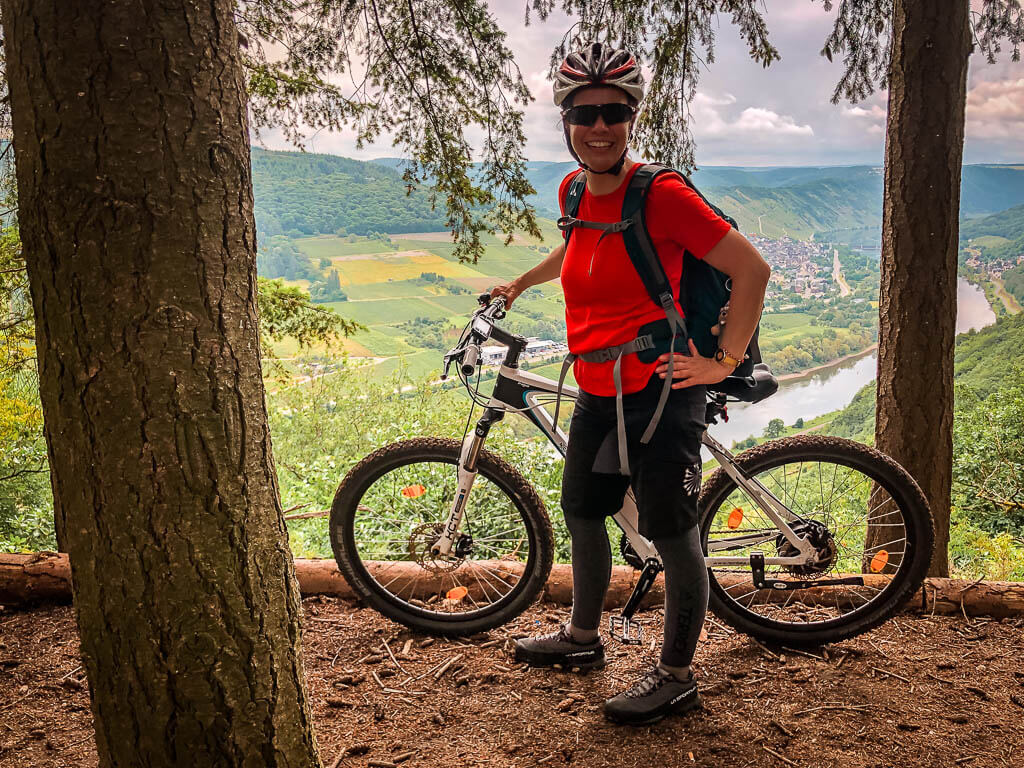 Couchflucht Sabrina Bechtold mit Mountainbike Outfit am Mosel Aussichtspunkt