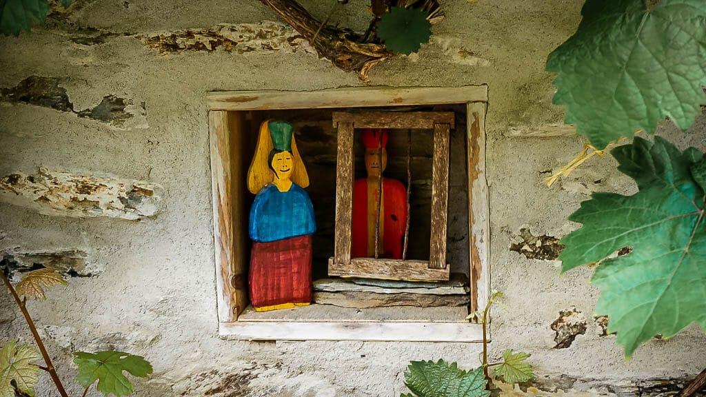 Kleine Figuren an einem Schieferhaus in Starkenburg an der Mosel