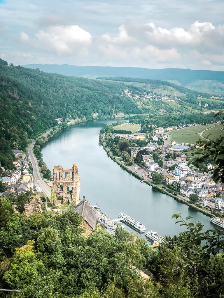 Wandern an der Mosel am Aussichtspunkt Himmelspforte mit Blick auf die Grevenburg