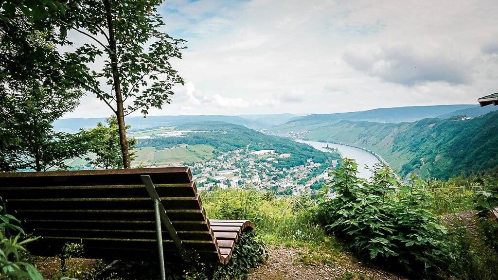 Rastbank mit Aussicht beim Wandern an der Mosel nach Starkenburg