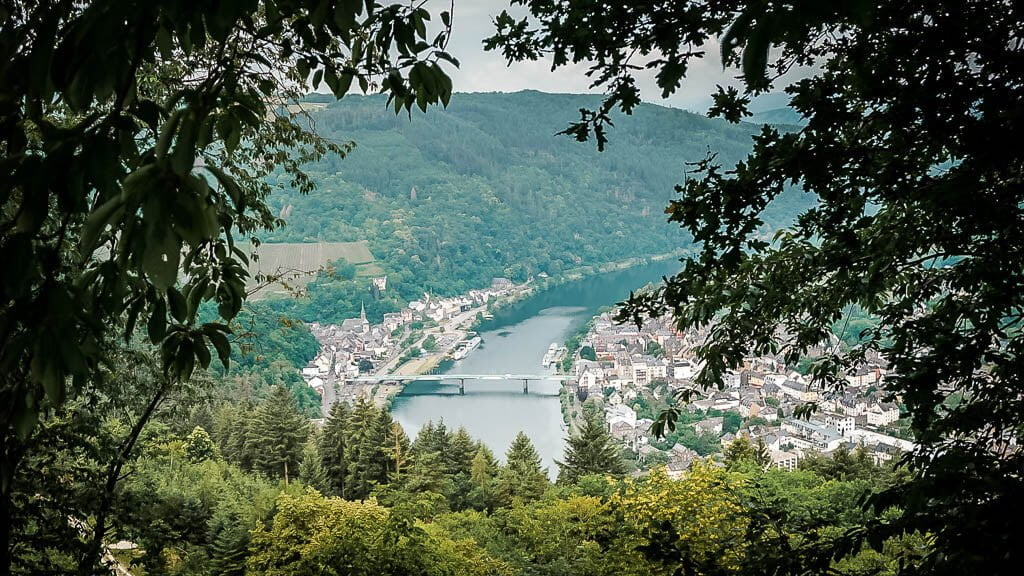 Blick auf die Doppelstadt Traben-Trarbach von einem der vielen Aussichtspunkte auf dem Moselsteig